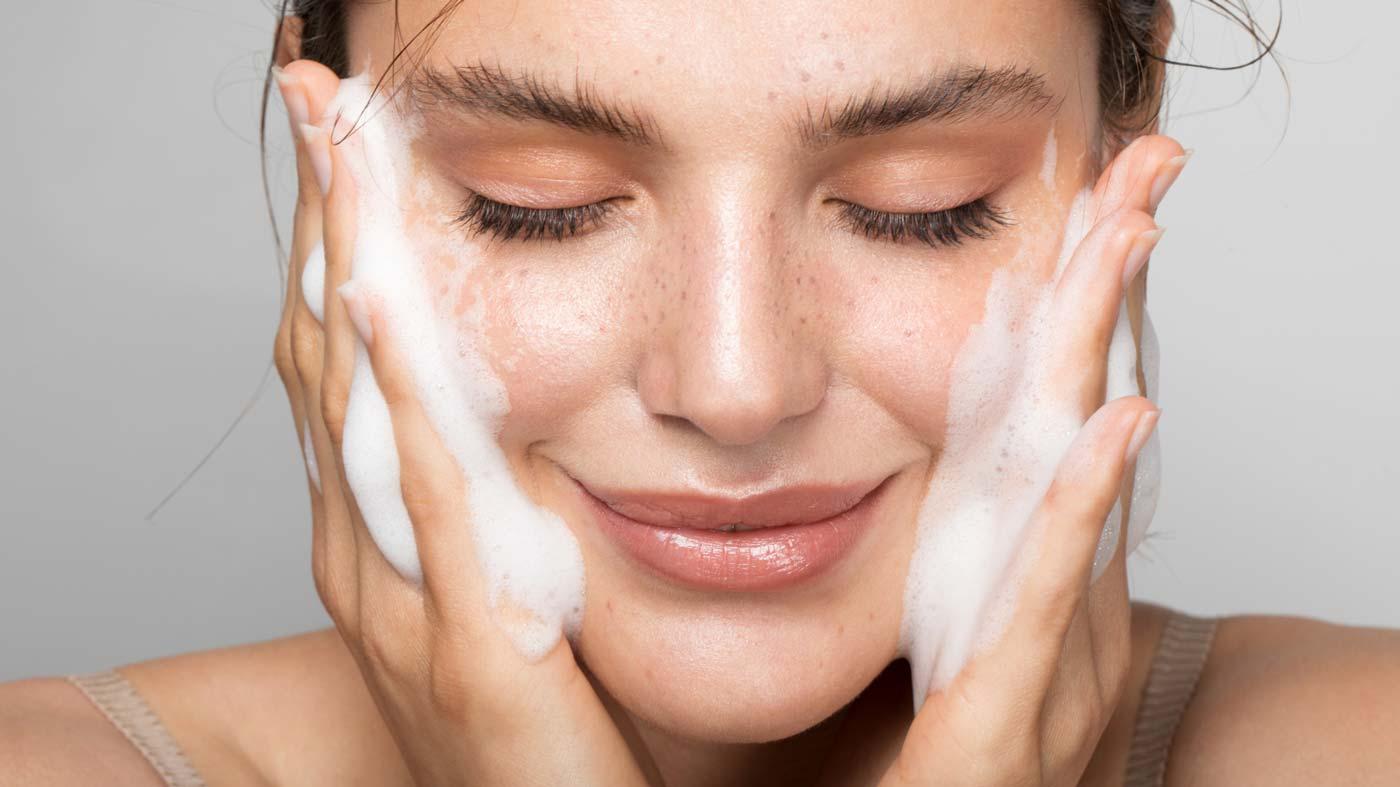 3 maneiras de cuidar da pele do rosto antes da maquiagem