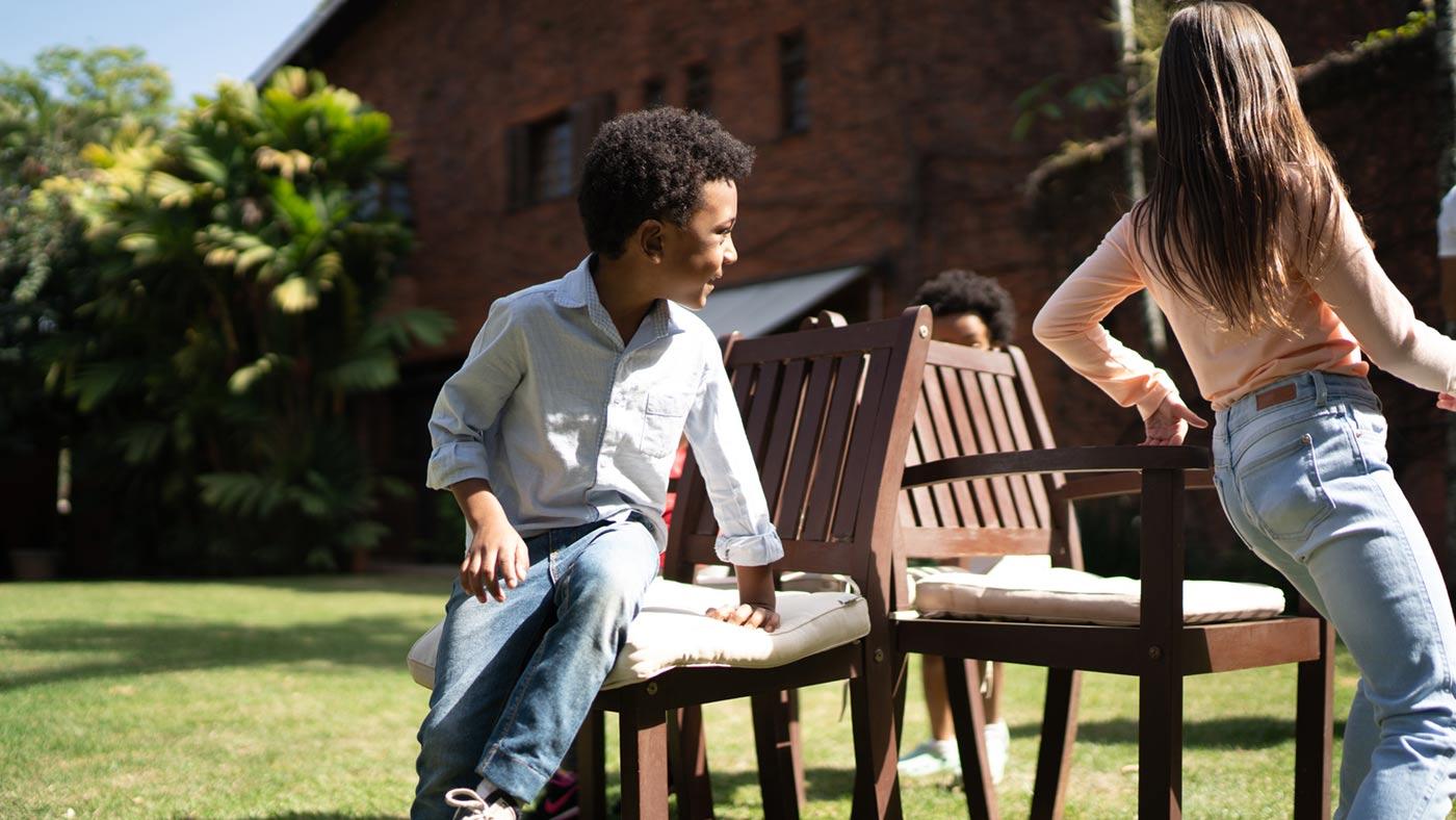 Crianças brincando de dança das cadeiras