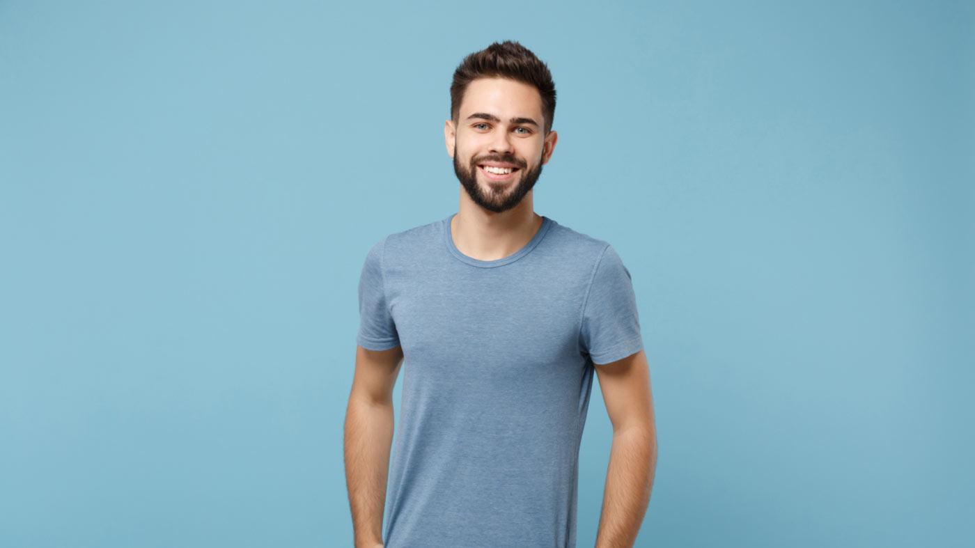 homem com blusa azul e fundo de mesma cor