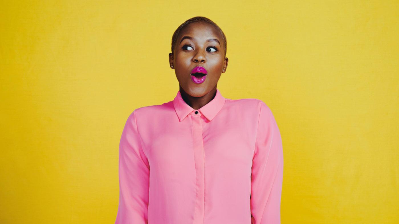 mulher com blusa rosa em fundo amarelo
